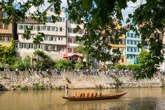 在江边前面的传统平底船  免版税库存照片
