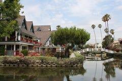 在江边和房子的看法 免版税库存图片