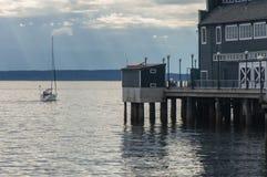 在江边的一条游艇 库存照片