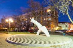 在江边的公开雕塑波摩莱夜在保加利亚,冬天2017年 库存图片
