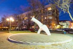 在江边的公开雕塑波摩莱夜在保加利亚 免版税库存照片