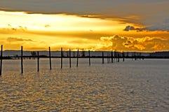 在江边的剧烈的日落天空 库存图片