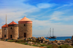 在江边的历史的风车罗得岛的 库存图片