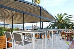 在江边的咖啡馆有海视图 免版税库存照片