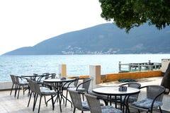 在江边的咖啡馆有海视图 图库摄影