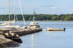 在江边的小船 免版税库存图片