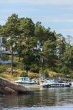 在江边的小船 免版税图库摄影