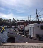 在江边的小船 免版税库存照片