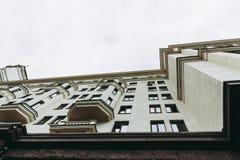 在江边的居民住房Ar Deco样式的 轻的米黄颜色门面和尖顶在屋顶 有巨型木的 图库摄影