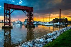在江边的日落小行政区的,巴尔的摩,马里兰 库存图片