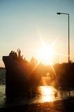 在江边的日落 免版税库存照片