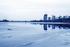 在江边的未完成的大厦,中国北部 库存图片