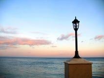 在江边的灯笼反对美丽的晚上天空 库存照片