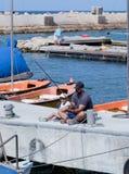 在江边的父亲和儿子渔在Yafo,以色列 图库摄影