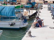 在江边的父亲和儿子渔在Yafo,以色列 免版税库存照片