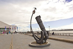 在江边的现代雕塑在利物浦 图库摄影