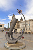 在江边的现代雕塑在利物浦 免版税库存图片