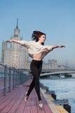 在江边的美好的妇女跳舞芭蕾 图库摄影