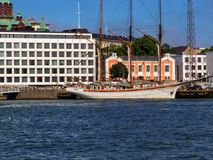 在江边的船在斯德哥尔摩在一好日子 免版税库存照片