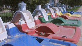 在江边的色的筏在海附近 股票视频