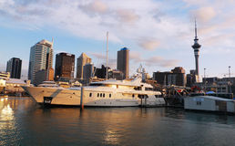 在江边的豪华游艇在奥克兰,新西兰 库存图片