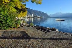 在江边的长凳湖的 免版税图库摄影