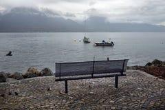 在江边的长凳湖的 免版税库存图片
