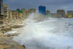 在江边的风暴在哈瓦那,古巴 免版税库存图片