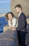 在江边的年轻夫妇 库存照片