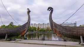 在江边的Drakkar北欧海盗木小船 免版税库存图片