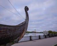 在江边的Drakkar北欧海盗木小船 库存照片