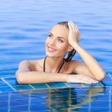 在池反映的微笑的妇女 图库摄影
