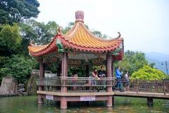 在池塘中间的眺望台 免版税库存图片