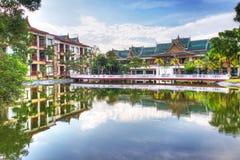 在池塘反映的东方结构 库存图片