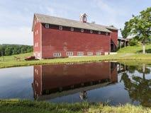 在池塘反映的大红色谷仓 免版税库存图片