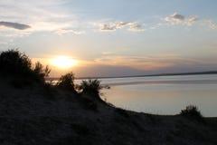 在池塘反映的落日 免版税库存照片