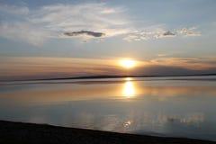 在池塘反映的落日 库存照片