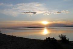 在池塘反映的落日 库存图片