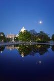 在池塘和美国国会大厦的夜视图 免版税库存照片