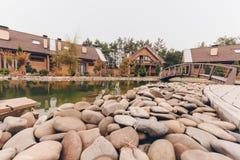 在池塘岸的石头 免版税库存照片