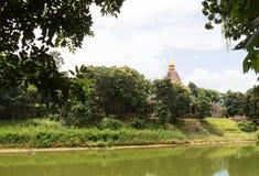 在池塘旁边的亚洲塔 免版税库存图片