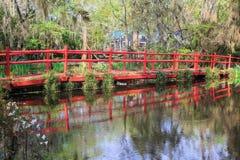 在池塘查尔斯顿南卡罗来纳的红色人行桥 免版税库存图片