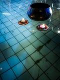 在池塘水、佛教细节和背景的美好和五颜六色的浮动蜡烛 库存照片