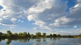 在池塘的云彩 库存照片