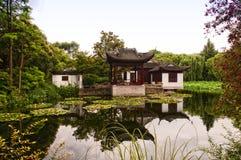 在池塘的亚洲样式大厦 免版税库存图片