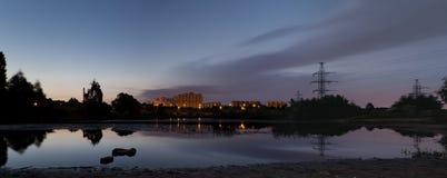 在池塘的城市日出 免版税库存图片