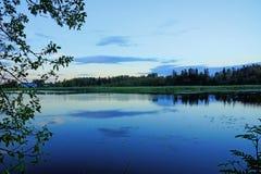 在池塘的夜秋天 免版税图库摄影