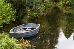在池塘的小船 免版税库存图片