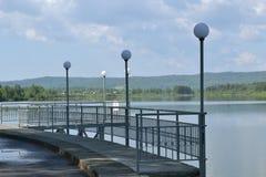 在池塘的岸的码头 免版税库存照片