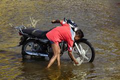 在池塘的年轻印度乘驾体育的骑自行车 库存照片